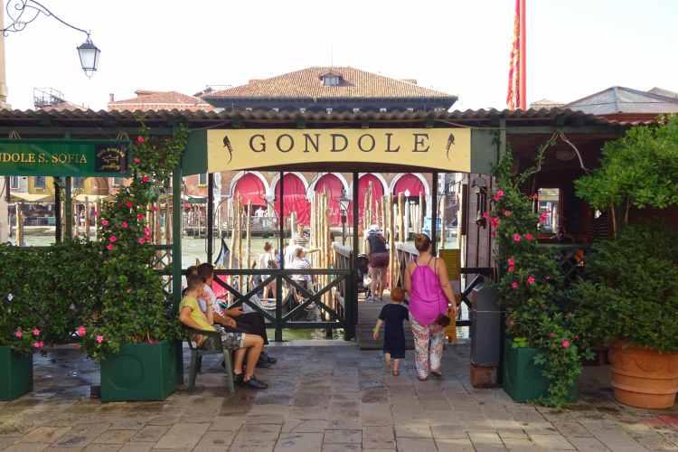 Venezia coi bimbi, a prendere la gondola
